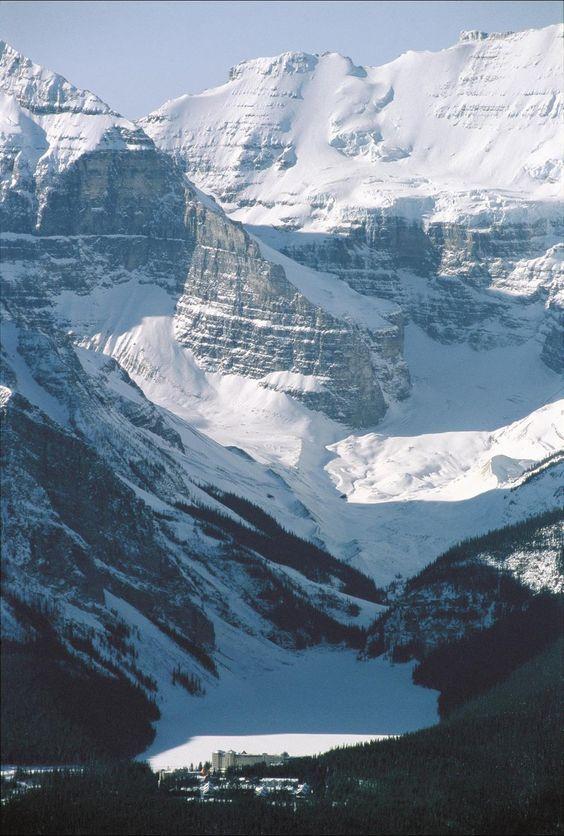 Les montagnes surplombant le Lac Louise au Canada : un paysage superbe !