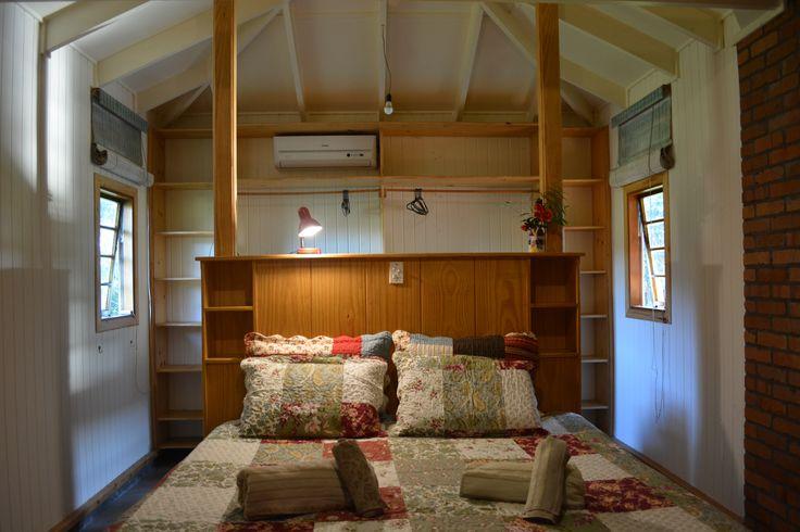 #CasaCaravaggio, #casanocampo, para #viagem de #férias- #aluguel de #temporada em #Caravaggio - RS. #natureza,#arvores,#casademadeira,#tranquilidade,#paz,#silencii,#sossego,#serragaucha,#quarto,#cama,#king,#closet,#madeira,#wood,#eoodwork,#casademadeira,#romantico