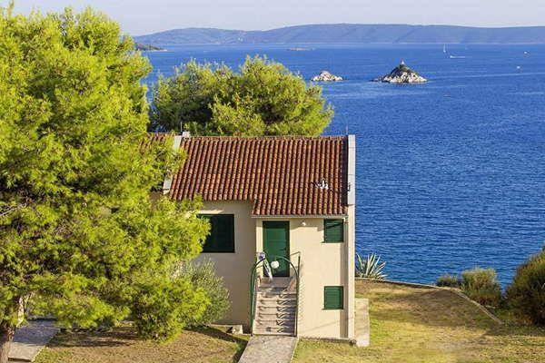 Belvedere Appartementen  Algemeen  Kleinschalig park met appartementen en campinggedeelte in het kleine plaatsje Seget Vranjica. Het is licht tegen een heuvel gelegen met prachtig uitzicht op zee en de voor de kust gelegen eilanden. Het centrum van Trogir bevindt zich op ca. 5 km. In het hoogseizoen watertaxi naar Trogir vanaf het strand (reistijd ca. 30 minuten kosten ca. 20 Kuna).  Kleinschalig park met appartementen en campinggedeelte in het kleine plaatsje Seget Vranjica. Het is licht…