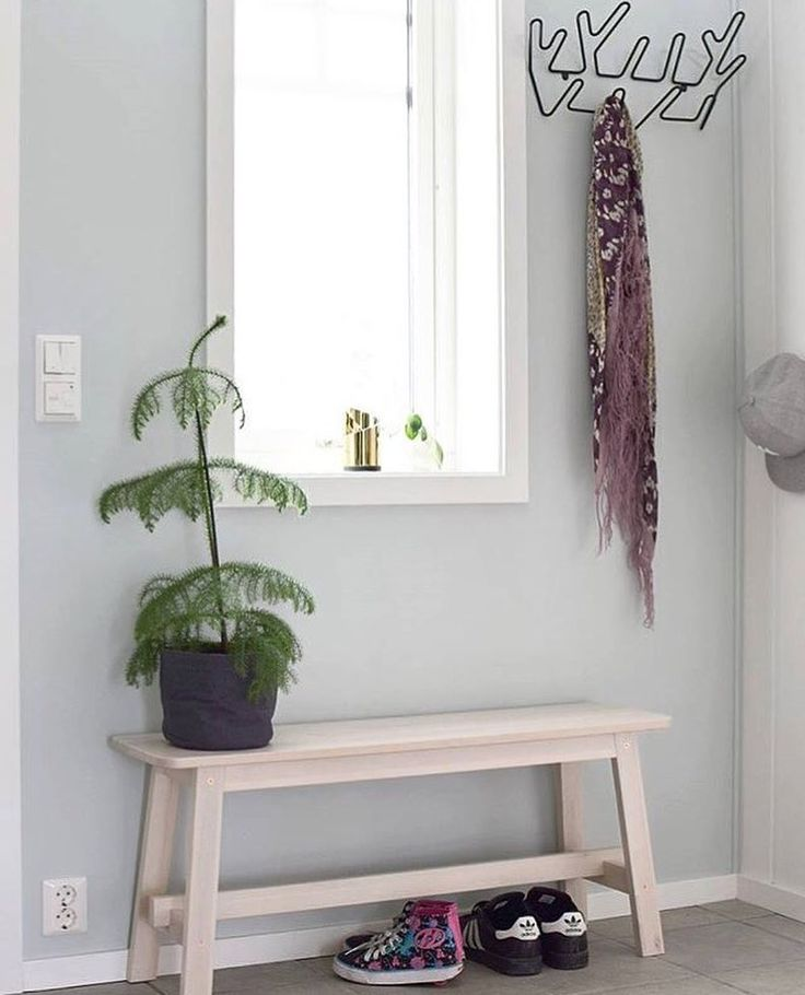 Keep your entrance minimalistic and let the rest of the house do the talk  This tidy entrance with our clothes hanger Crown belongs to @isoklunger ✨ Ta bort kommentarmazeinterior#mazeinterior #inredning #slowproduction #interior #interiør #interiör #interior4all #scandinavian #scandinavianhomes #scandinaviandesign #scandinavianinterior #swedishdesign #swedishdesign #storage #storagesolutions #entrance #homeinspiration #hallway