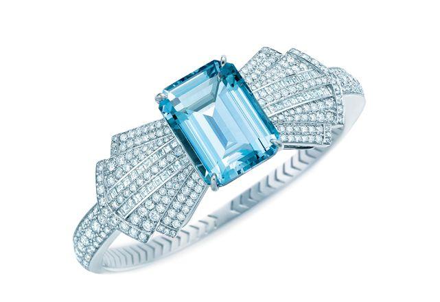 Bracelete em ouro branco com diamantes e água-marinha em corte de esmeralda, Tiffany & Co. (preço sob consulta) - Foto: divulgação