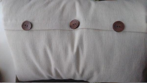 Kissenhülle nähen: Anleitung für Hotelverschluss mit Knöpfen
