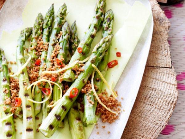 Pikant met chilivlokken en een rood chilipepertje - Gegrilde asperges
