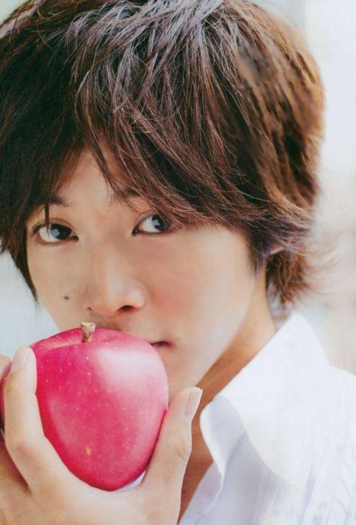 りんご片手にイケメンな松坂桃李