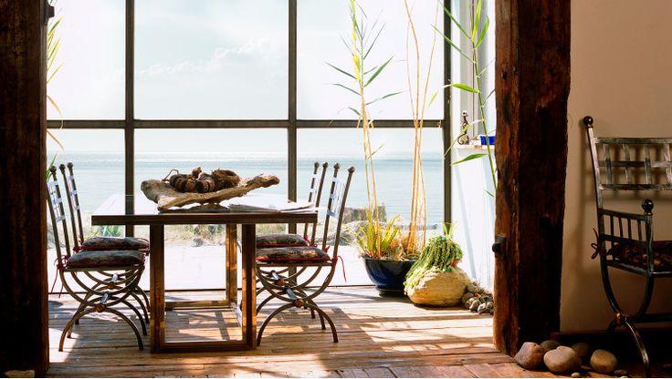 Marinero de pueblo  La paz que se respira en los escenarios marítimos es uno de los pequeños placeres de la vida. Con este inspirador telón de fondo de sabor marino, recreamos el estilo de la costa con unas sencillas propuestas de inspiración rústica. Fresca, luminosa y ligera, pero también acogedora y confortable. Un entorno muy apetecible para disfrutar de momentos de auténtico relax. El rural se va a la costa