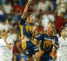 ISRAEL CASTRO MACÍAS celebrando el gol del triunfo ante el Real Madrid, Hugo Sanchez era el técnico de pumas en esa ocasión.