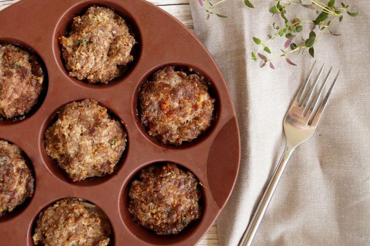 Små farsbrød i muffinform. Saftige og lækre små farsbrød med hvidløg og krydderier. Farsbrødene er lavet i en muffinform og smager skønt med bønnefritter.