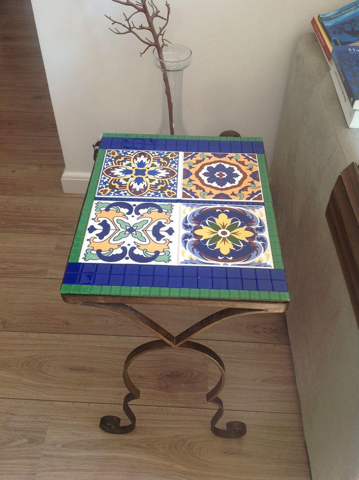 Tampo de mesa em mosaico, com azulejos e pastilhas de vidro (a base da mesa não integra o produto), tamanho 44,5 x 34,5 cm.  Temos outros padrões de cores e de azulejos, sob consulta.  Peça feita sob encomenda.  Dúvidas? Entre em contato por e-mail!