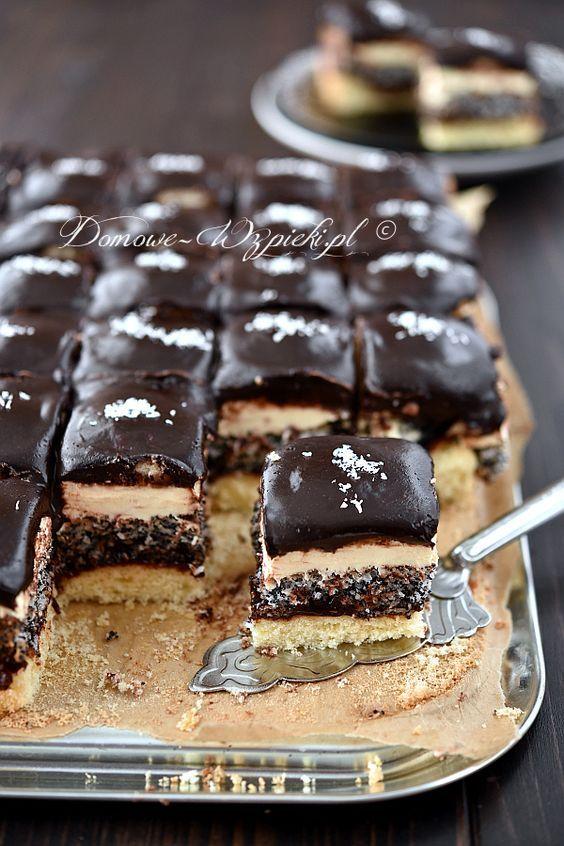 Pijak to wielowarstwowe ciasto składające się z biszkoptu i ciasta makowo- kokosowego. Przełożone jest powidłami lub dżemem i masą budyniową....