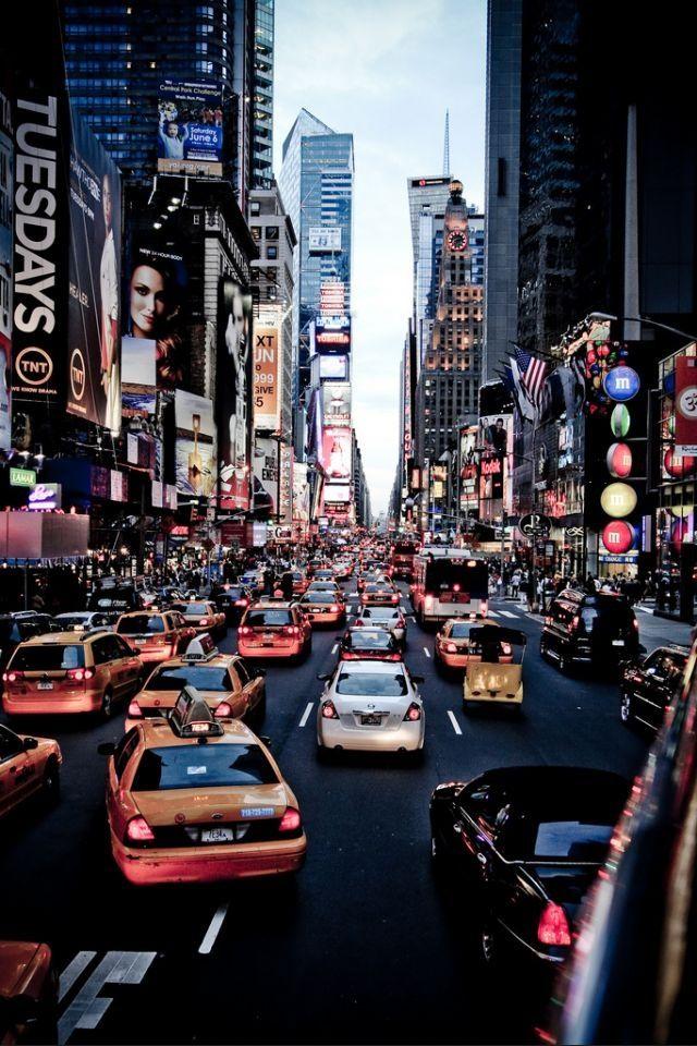 Nueva York es un gran ciudad en los estados unidos que tiene muchas personas y mucha vida.