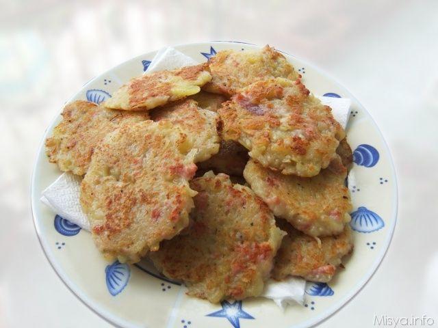 Rosti di patate e speck. Un piatto della cucina svizzera a base di patate, la mia versioneprevede l'aggiunta di speck, semplice e davvero gustosa. Scopri la ricetta: http://www.misya.info/2007/04/25/frittelle-patate-e-speck.htm