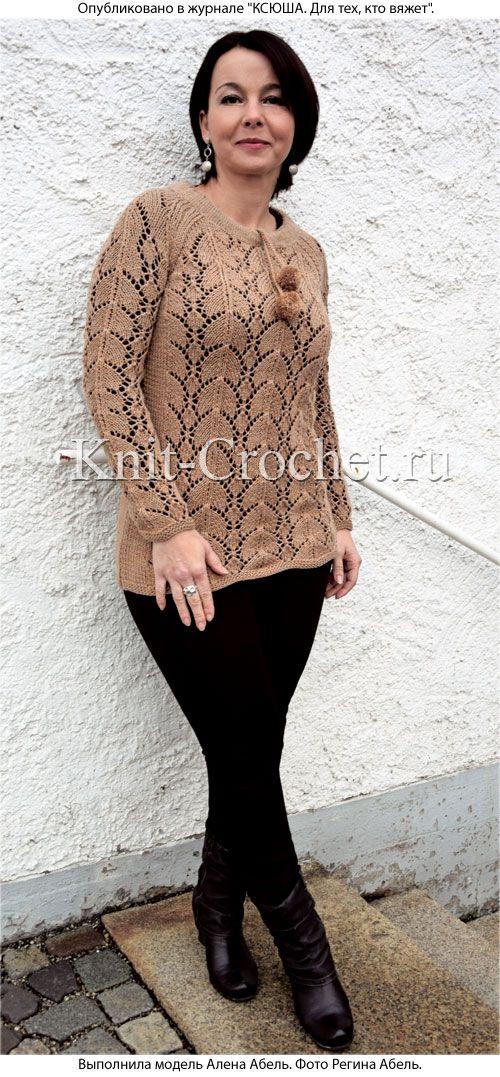 Женский пуловер с помпонами размера 44-46, связанный на спицах.