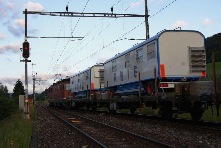 SBB Kniezug 2012 im Berner Jura. Ab dem 23. Juni 2012 gastierte der Schweizer National-Circus Knie in La Chaux-de-Fonds. Eine Stunde nach der Ankunft des ersten Zuges in La Chaux-de-Fonds wurde der zweite Zug, der mit einer Ae 6/6 geführt wurde, am 23. Juni 2012 bei der Bahnhofsdurchfahrt Renan BE fotografiert. Für das frühe Aufstehen an diesem Samstag, wurde der Bahnfotograf aus dem Kanton Solothurn, leider nur mit schlechten aber dennoch nicht alltäglichen Aufnahmen belohnt. Da diese…
