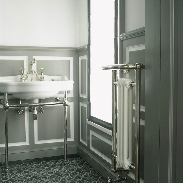 Radiateur sèche serviette électrique et lavabo en porcelaine sur console  chromée.