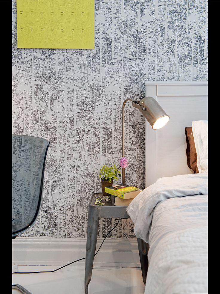 Sovrum - tapet - nattduksbord - lampa