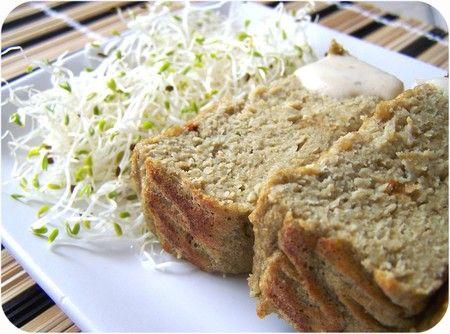 Terrine d'aubergines aux flocons de céréales 2 aubergines moyennes 4 oeufs 8 CS rases de flocons de quinoa (ou d'autres flocons légers: riz, millet...) Sel, poivre, origan Faire cuire les aubergines au four traditionnel (coupées en deux) ou au micro-onde Vider la chair des aubergines et la mixer avec les autres ingrédients. Verser dans un moule à cake étroit et cuire 30-35 minutes à 180°. Déguster chaud ou tiède. (ici avec une sauce au tahini