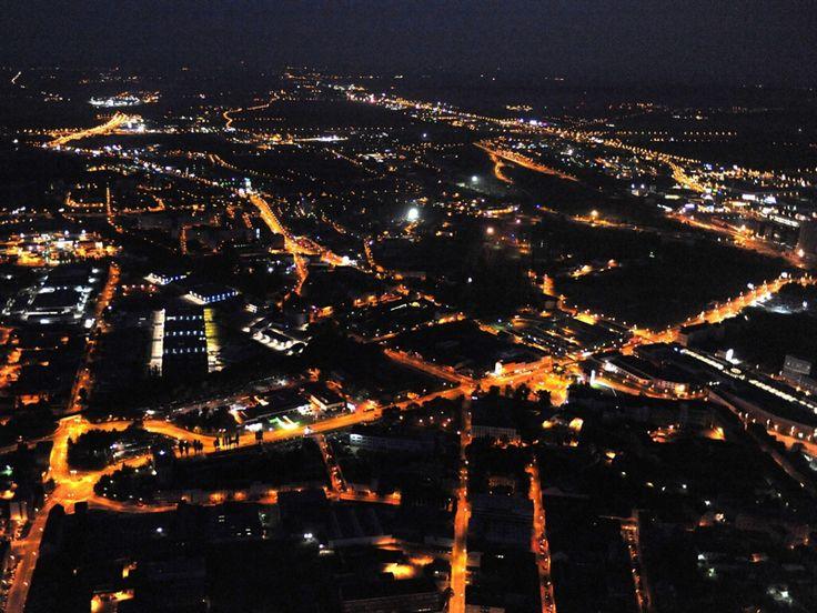 Pohled na osvětlené město z koše balonu
