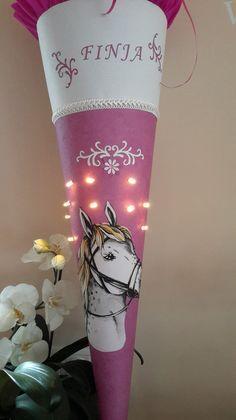 *ZAUBERHAFTE PFERDE SCHULTÜTE 85 cm  mit Licht*   Verziert wurde die Schultüte neben dem Pferdekopf noch mit Blumenranken.  Den Namen des Schulkindes setze ich gerne auf den oberen  Abschluß...