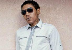 4-Apr-2014 9:33 - REGGAE-ARTIEST VYBZ KARTEL KRIJGT LEVENSLANG VOOR MOORD. De Jamaicaanse reggae- en dancehall-artiest Vybz Kartel heeft een levenslange gevangenisstraf gekregen voor moord. De rechtbankjury in Kingston achtte bewezen dat Vybz Kartel, wiens echte naam Adidja Azim Palmer is, in 2011 zijn oud-zakenpartner Clive Williams heeft gedood. De twee zouden ruzie hebben gekregen over verdwenen vuurwapens. Vanaf de telefoon van Kartel was een smsje verstuurd waarin stond dat Williams...