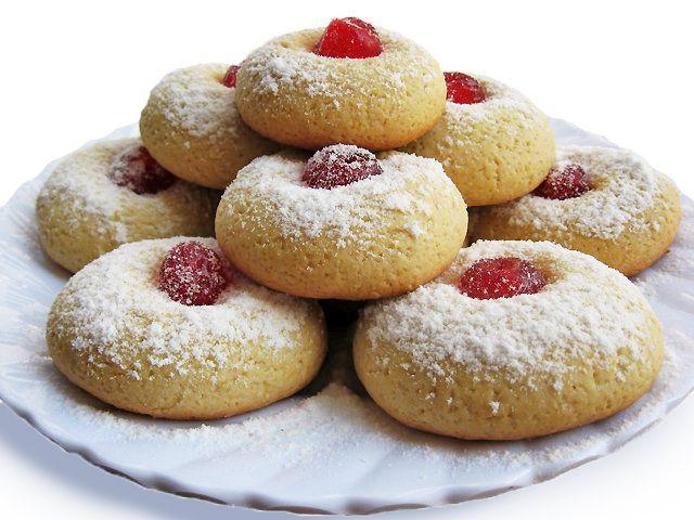 """1. Печенье """"МГНОВЕНИЕ"""" ИНГРЕДИЕНТЫ: — 1,5 стакана муки — 50 г сл. масла — 0,75 стакана сахара — 0,5 ч.ложки разрыхлителя — 1 ч.ложка ванилина — 1 яйцо — 3 ст. ложки молока — вишня ПРИГОТОВЛЕНИЕ: Взбить масло с сахаром и ванильным сахаром. Добавить яйцо и молоко. Хорошо перемешать. Добавить просеянную муку и разрыхлитель, вымесить тесто. Я добавила примерно 2,5"""