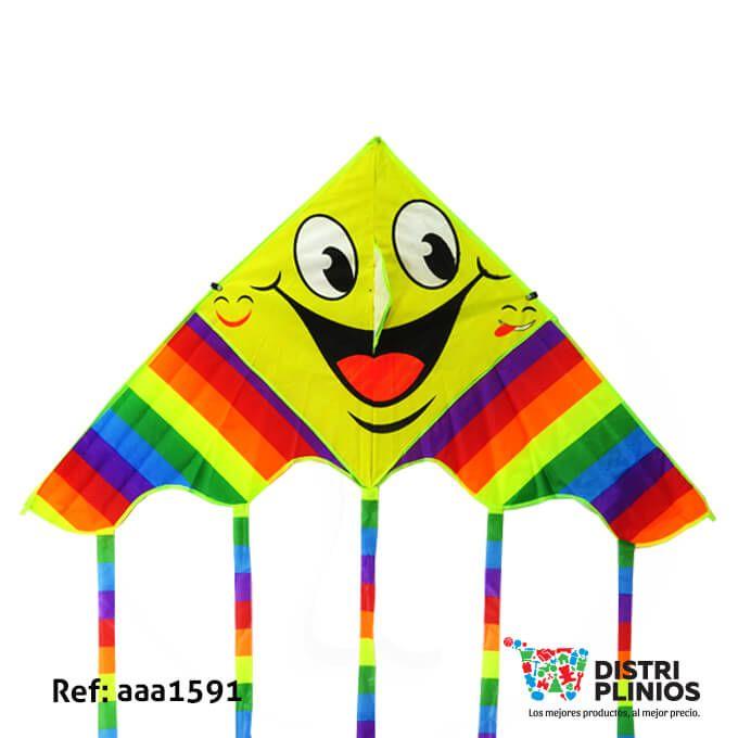 Divertida cometa con el dibujo de varias caras felices con arcoiris, con cola de colores, ideal para la temporada de agosto. Medidas Alto 63 cms Largo: 125 cms cola 72 cms de larga. Los precios de nuestro sitio web son al por mayor, el costo de los productos se incrementa en compras por unidad, cualquier inquietud comuníquese al 320 3083208 o al 3423674 o visítenos en la Calle 12 B # 8a – 03 Centro, Bogotá, Colombia.