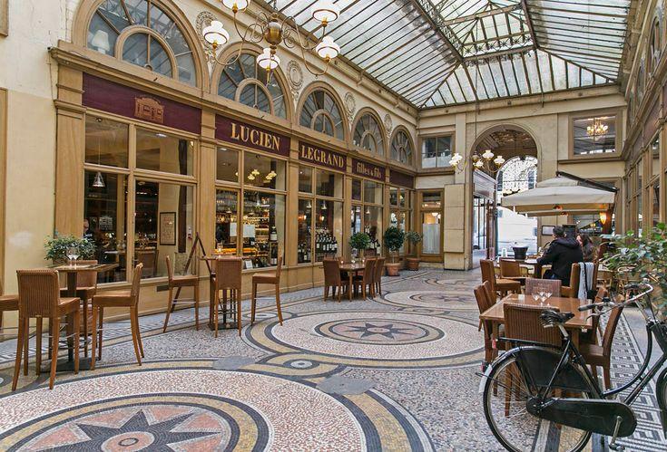 Découvrez ces galeries et passages couverts emblématiques de Paris empruntés quotidiennement par les collectionneurs avertis, les amateurs d'architecture et d'histoire de l'art, les gastronomes ou les véritables accros du shopping.