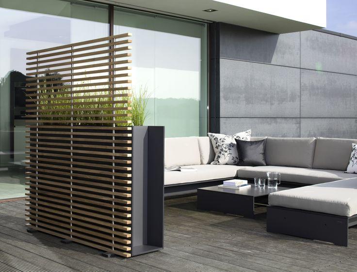 Sofa ogrodowa oraz stolik z kolekcji Riva Lounge. Moduły z których jest zbudowana sofa można zestawiać oraz rozstawiać według uznania i potrzeb. Materiał, z których zostały wykonane poduszki jest odporny na zabrudzenia i wilgoć.