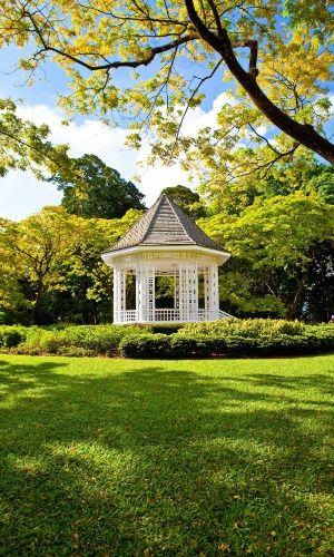 Jardim Botânico de Cingapura (Cingapura) -- Situado no coração da cidade de Cingapura, o jardim botânico tropical colonial britânico inclui uma rica variedade de características históricas, plantações e edifícios que demonstram o desenvolvimento do jardim desde a sua criação, em 1859. O local tem sido um importante centro de ciência, investigação e conservação de plantas no sudeste da Ásia desde 1875
