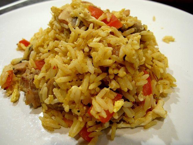 Fried rice är lite som pytt i panna. Det är en blandning av ris, grönsaker, kyckling och/eller räkor men man kan ha i lite vad man har hemma. Det är enkelt
