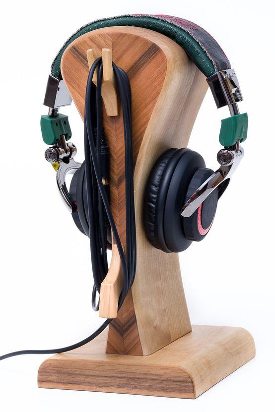 Stojak na słuchawki, drewniany stojak, słuchawki, gadżet dla chłopaka. Zobacz więcej na: https://www.homify.pl/katalogi-inspiracji/13511/pomysly-na-prezent-dla-chlopaka