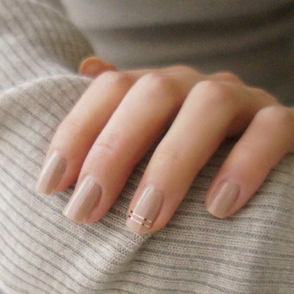 В маникюре за очень редкими исключениями предпочитаю лаконичность и сдержанность (а то и вовсе не крашу ногти). Вычурный нейларт считаю безвкусицей, но такие две тонкие полосочки отлично вписываются в моё представление о прекрасном _______________________________