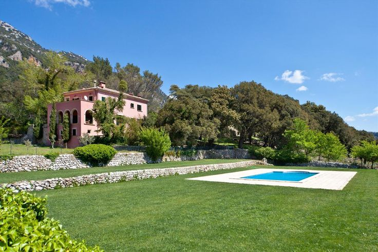 Feel like a prince in this garden surrounding the pool and a manor house