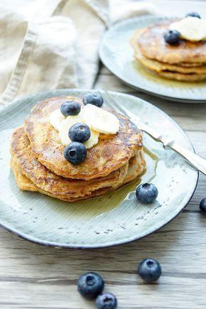 Gesunde Vollkorn Bananen Pancakes mit Dinkel und Bananen Rezept Diese Vollkorn Bananen Pancakes sind süß, luftig und voller Nährstoffe. Sie werden mit Dinkelmehl gebacken und kommen ohne Milchprodukte aus. Wenn Sie Bananen nicht mögen, können Sie diese gerne auch durch andere Früchte wie Heidelbeeren und Himbeeren ersetzen. Ich empfehle die Bananen, weil sie genau die richtige Balance zwischen süß und dem gesunden Vollkorn-Aroma bringen. von Elle Republic
