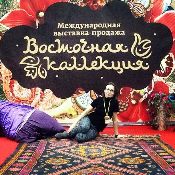 Побывала в гостях, пригодилась на что-то )) Монтаж выставки закончен. Завтра на этом удивительном ковре ручной работы из верблюжьей шерсти будут восточные танцы и различные выступления. Приходите на Тишинку!