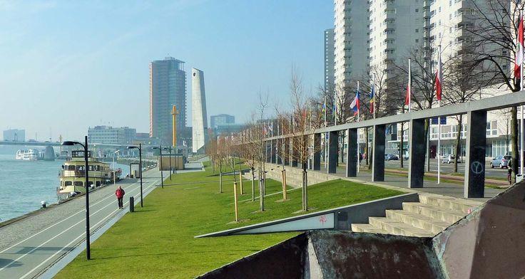 Zo zien de Boompjes er nu uit. In de Nieuwe Maas ligt de Nehalennia, waarmee men een tochtje naar Kinderdijk kan maken.