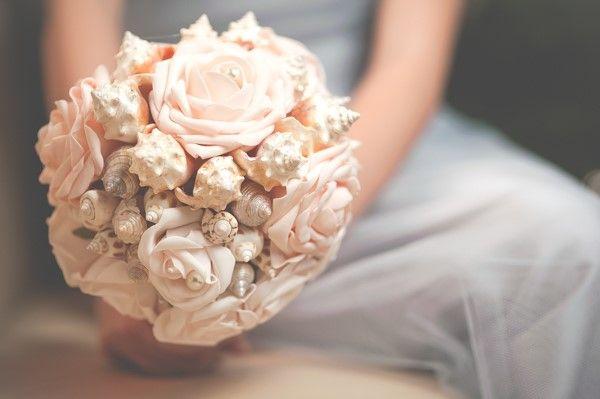 Bukiet ślubny z muszli-  trendy ślubne 2015 Wykonanie - E- koncept http://www.abcslubu.pl/slub-i-wesele/bukiety-slubne-i-dekoracje-slubne/4665/trendy-slubne-2015-w-bukietach-slubnych-sprawdzcie-19-propozycji-rodzimych-florystow