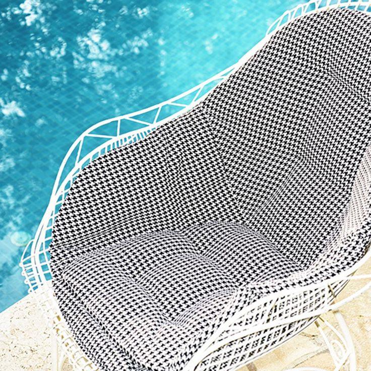 POOL by Dedar - The solution-dyed polypropylene houndstooth motif is tested to guarantee maximum resistance to light and weather conditions; it withstands mildew, bacteria and abrasion. Easy washing and stain removal; anallergic, non-toxic, antistatic, strong and long-lasting.