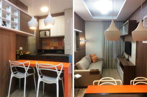 Uma marcenaria bem planejada, cores quentes e um providencial espelho na parede compõem esta pequena sala de Curitiba