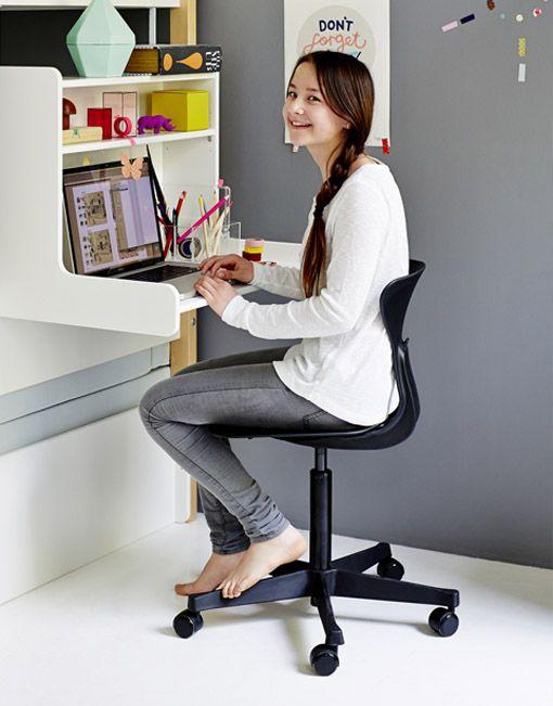 La silla giratoria Ray esideal para el trabajo diario. Magnífica silla giratoria con ruedas para el estudio. Elasiento flexible seadapta perfectamente a la forma de las piernas y no corta la circulación de la sangre. De este modo, se facilita la concentración y permite largas horas de estudio con comodidad. Incorpora un gancho en el