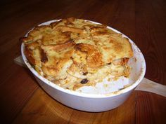 Dieser Auflauf stammt eindeutig aus Oma`s Küche. Das Rezept Scheiterhaufen wird mit Semmeln, Äpfeln, Rosinen und Zimt gebacken.
