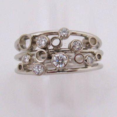 Witgouden ring met zeven diamanten uitgevoerd in 14krt. De diamanten zijn in een kast gezet en bovenop de drie witgouden ringen gesoldeerd. door SjoerdMaret op Etsy