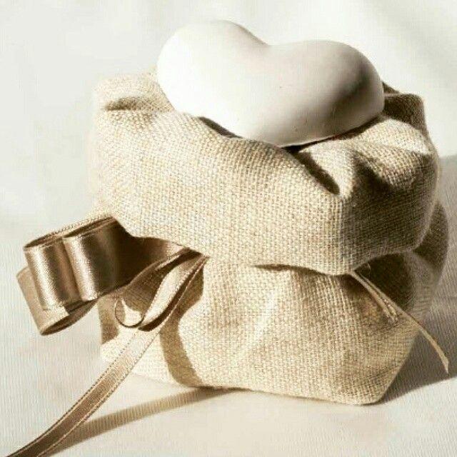 Sacchettino portaconfetti in cotone con gesso profumato. Riutilizzabile come porta pane o grissini.  Dimensioni 10×10