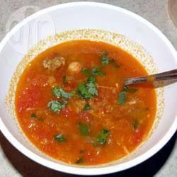 Deze soep wordt in Marokko traditioneel 's avonds gegeten tijdens de Ramadan. Breng op smaak met zout, peper, muntblaadjes en kaneel.