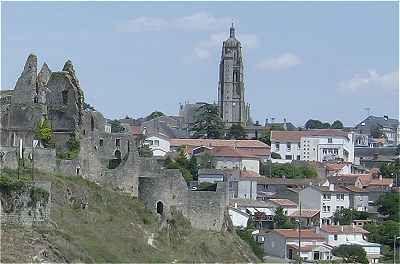 Deux-Sèvres: Bressuire :église Notre-Dame, (XIIème-XVIe siècles), clocher (XVIè siècle) 56 mètre de haut.
