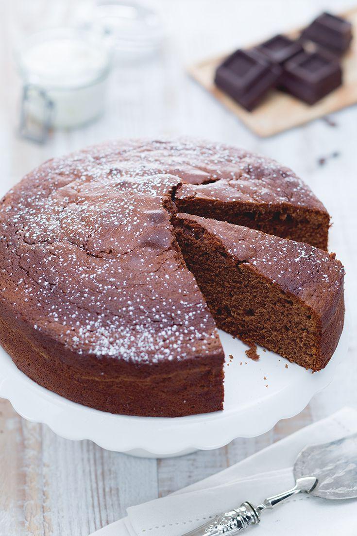 La #torta al #cioccolato con #panna #acida è un #dessert molto semplice da preparare ma che tuttavia racchiude un'intensità davvero irresistibile. La panna acida conferisce a questo dolce una nota di contrasto, che esalta la dolcezza piena del #fondente. #ricetta #GialloZafferano #dessert #chocolaterecipe