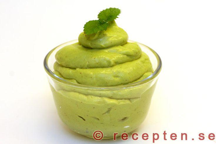 Avokadokräm - Recept på avokadokräm. En len sås som passar till det mesta. Gott till sallad, skaldjur, kyckling, fisk och kött. Bilder steg för steg.