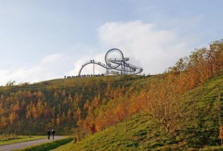 Можете ли вы себе представить лестницу, повторяющую изгибы самых настоящих Американских горок? Непросто, не правда ли? Тем не менее, она действительно существует. Уникальный проект называется «Притаившиеся тигр и черепаха, Волшебная Гора».