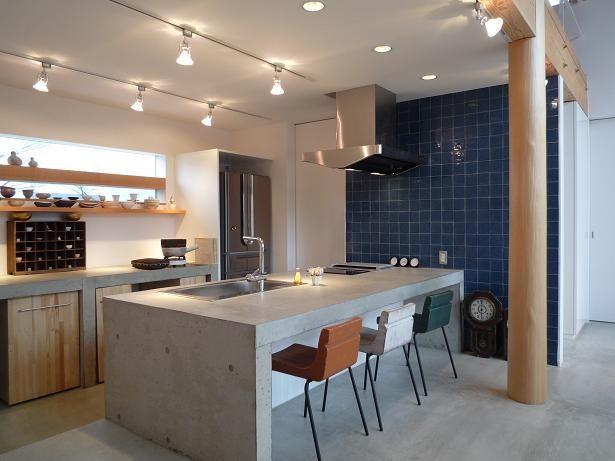 土間床のコンクリートと合わせるようにキッチンカウンターもコンクリート製。奥様の希望から生まれたこのキッチンはコストを抑えると共に空間を引き締めています。 キッチン事例:コンクリートのキッチン(群馬県邑楽町・土間リビングの家|A house)