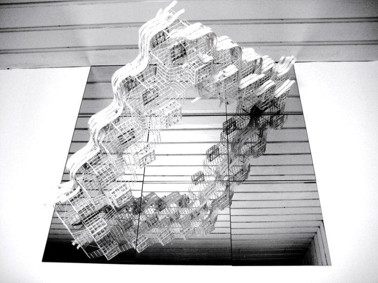 """Margriet van Engelen. Het raamwerk van de historie 1  Object van metaalgaas en schildersdoek,op spiegels, Ramen staan in mijn werk symbool voor de blik van de mens in de tijd, Het zich bewust worden hiervan kan ertoe bijdragen dat oorlogen misschien """"Uit de tijd raken""""."""