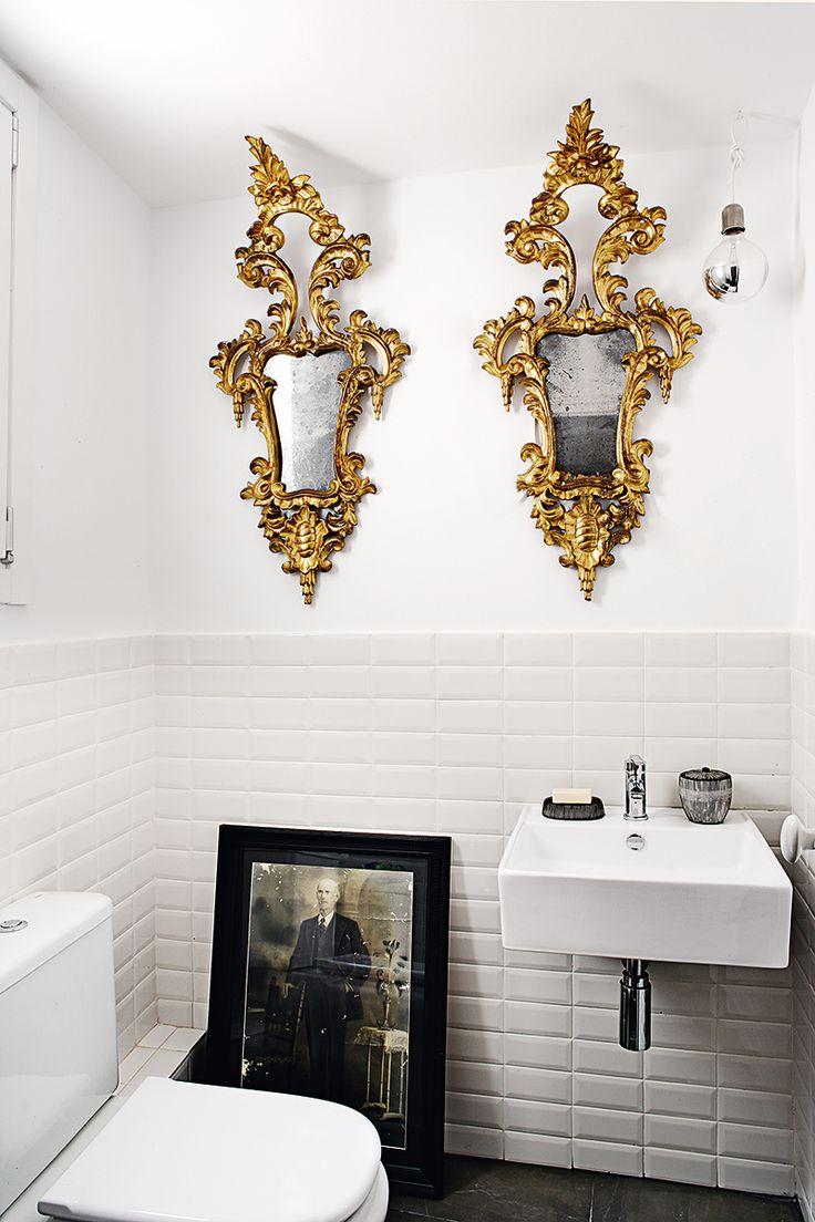 Ornate mirrors in a black and white bathrrom ad espa a